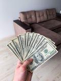 Dinero de las finanzas Hombre que sostiene los billetes de banco de cientos d?lares para el plano del alquiler o de la compra fotos de archivo libres de regalías
