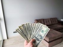 Dinero de las finanzas Hombre que sostiene los billetes de banco de cientos d?lares para el plano del alquiler o de la compra fotografía de archivo libre de regalías