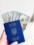 Dinero de las finanzas Primer de la mano que lleva a cabo d?lares imagen de archivo libre de regalías