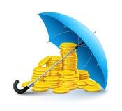 Dinero de las monedas de oro bajo protección del paraguas Fotografía de archivo