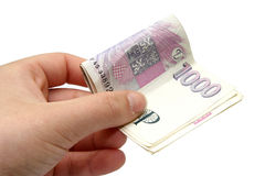 Dinero de los billetes de banco de Checo mil en una mano Imagenes de archivo