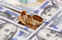 Dinero de los billetes de dólar con oro Fotografía de archivo libre de regalías