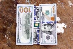Dinero de los billetes de dólar con la tarjeta de crédito Imágenes de archivo libres de regalías