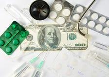 Dinero de los costes de las medicinas Imagen de archivo libre de regalías