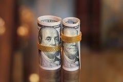 Dinero de los rollos de los billetes de dólar con la cadena del oro Foto de archivo libre de regalías