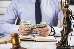 Dinero de mano con el juez imágenes de archivo libres de regalías