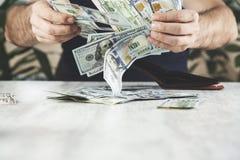 Dinero de mano del hombre fotografía de archivo