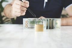 Dinero de mano del hombre con la cerradura imagenes de archivo