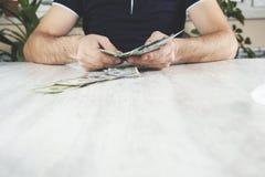 Dinero de mano del hombre fotos de archivo libres de regalías