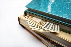 Dinero de ocultación en libros Fotografía de archivo
