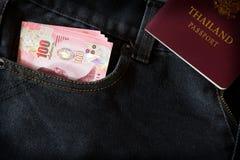Dinero de Tailandia incluyendo el baht 100 en bolsillo trasero Fotografía de archivo libre de regalías