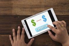 Dinero de transferencia en línea foto de archivo libre de regalías