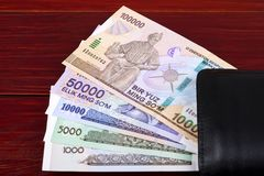 Dinero de Uzbekistán en la cartera negra foto de archivo libre de regalías