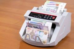 Dinero de Uzbekistán en una máquina de cuenta fotos de archivo libres de regalías