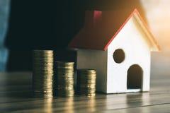 Dinero del ahorro a comprar a casa en el futuro Foto de archivo