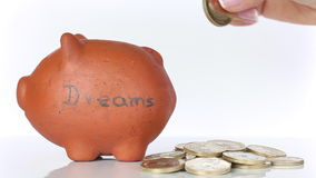 Dinero del ahorro de la mujer en una hucha tradicional de la arcilla para alcanzar sueños almacen de metraje de vídeo