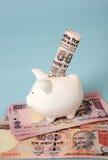 Dinero del ahorro en el dinero en circulación indio foto de archivo