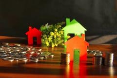 Dinero del ahorro para comprar la casa o el hogar Hucha con las monedas foto de archivo