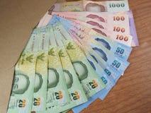 Dinero del baht tailandés, billetes de banco dispuestos en el sobre de Brown Fotografía de archivo libre de regalías