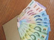 Dinero del baht tailandés, billetes de banco dispuestos en el sobre de Brown Imagen de archivo libre de regalías