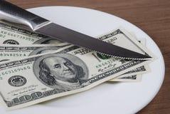Dinero del billete de banco del dólar en la placa blanca Imágenes de archivo libres de regalías
