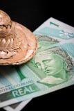 Dinero del Brasil en un fondo negro Imágenes de archivo libres de regalías