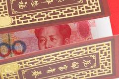 Dinero del chino o de 100 billetes de banco de Yuan en sobre rojo, como chino Foto de archivo