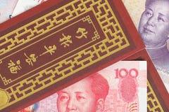 Dinero del chino o de 100 billetes de banco de Yuan en sobre rojo, como chino Fotografía de archivo libre de regalías