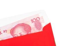 Dinero del chino o de 100 billetes de banco de Yuan en sobre rojo, como chino Imágenes de archivo libres de regalías