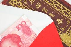 Dinero del chino o de 100 billetes de banco de Yuan en sobre rojo, como chino Imagen de archivo