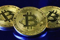 Dinero del cryptocurrency de Bitcoins en un fondo azul imagen de archivo libre de regalías
