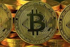 Dinero del cryptocurrency de Bitcoins en un fondo negro imagenes de archivo