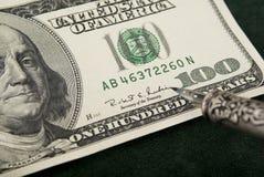 Dinero del gráfico de la mano Fotos de archivo libres de regalías