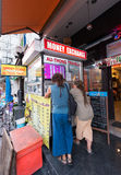 Dinero del intercambio de los turistas en Bangkok Foto de archivo