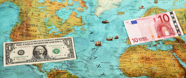 Dinero del mundo, mapa del mundo, transferencia monetaria Fotos de archivo