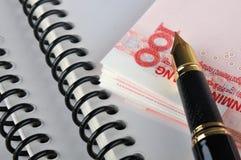 Dinero, documento y pluma Fotos de archivo libres de regalías
