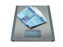 Dinero en balanza Foto de archivo