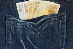 Dinero en bolsillo de los pantalones vaqueros Fotos de archivo libres de regalías