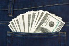 Dinero en bolsillo de los pantalones vaqueros Fotos de archivo