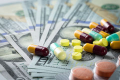 Dinero en campo médico Imágenes de archivo libres de regalías