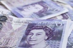 Dinero en circulación británico Cierre para arriba de británicos los billetes de banco de 20 libras Imagen de archivo libre de regalías