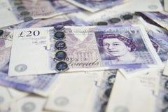 Dinero en circulación británico Cierre para arriba de británicos los billetes de banco de 20 libras Fondo Imágenes de archivo libres de regalías