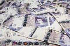 Dinero en circulación británico Un montón de británicos billetes de banco de 20 libras Fondo Imagenes de archivo