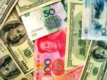 Dinero en circulación: Dólar americano y China RMB Fotos de archivo