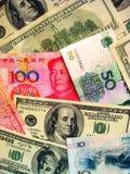 Dinero en circulación: Dólar americano y China RMB Imagen de archivo libre de regalías