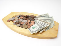 Dinero en circulación de los E.E.U.U. en la bandeja de madera Imagenes de archivo