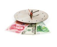 Dinero en circulación en un reloj Imagenes de archivo
