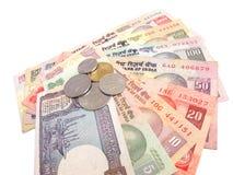 Dinero en circulación-Notas y monedas indias Fotografía de archivo