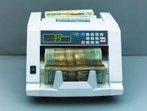 Dinero en circulación que cuenta la máquina Foto de archivo libre de regalías
