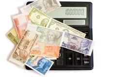 Dinero en circulación y calculadora Foto de archivo